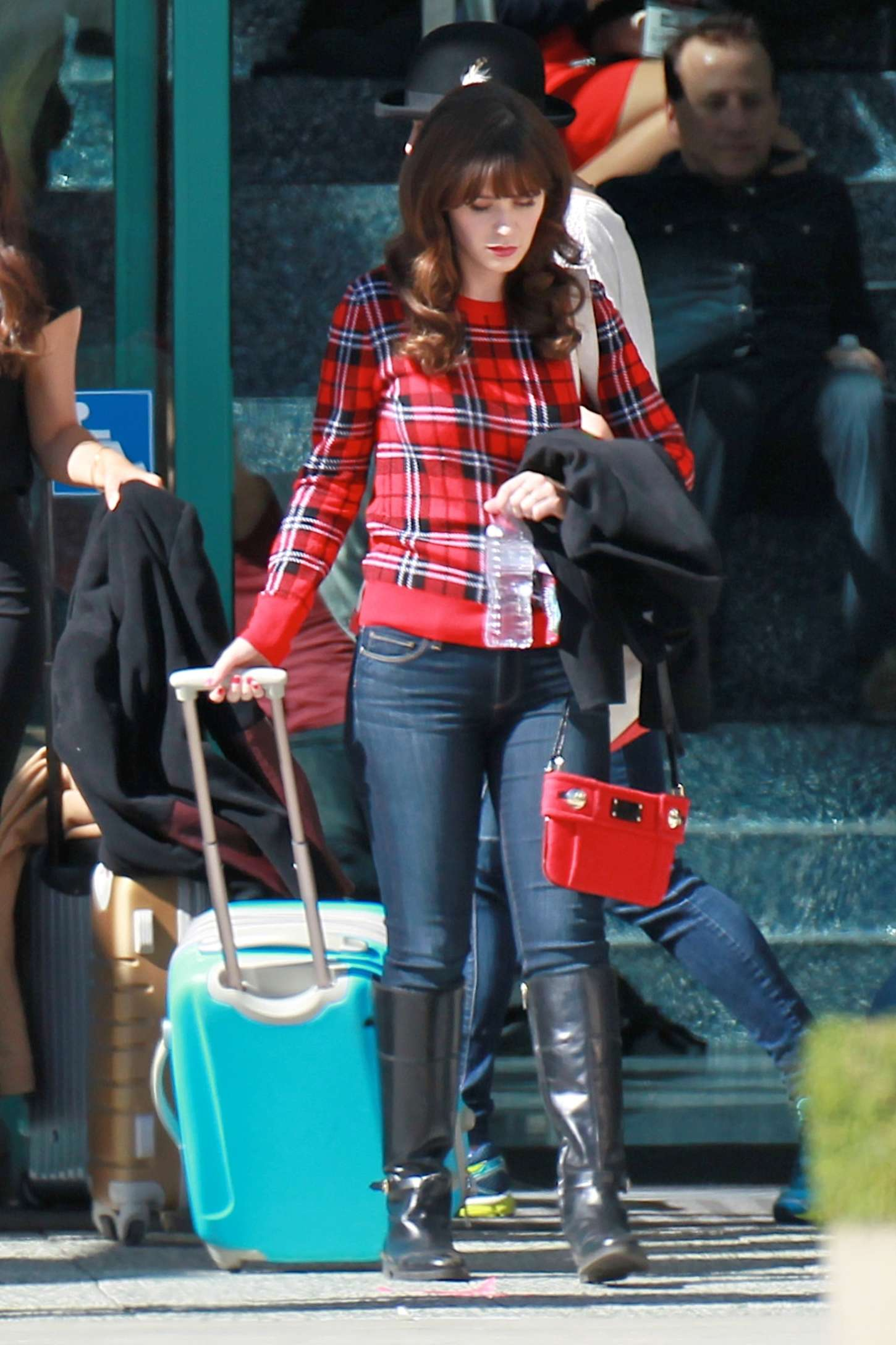 zooey deschanel in jeans on new girl set 05 gotceleb