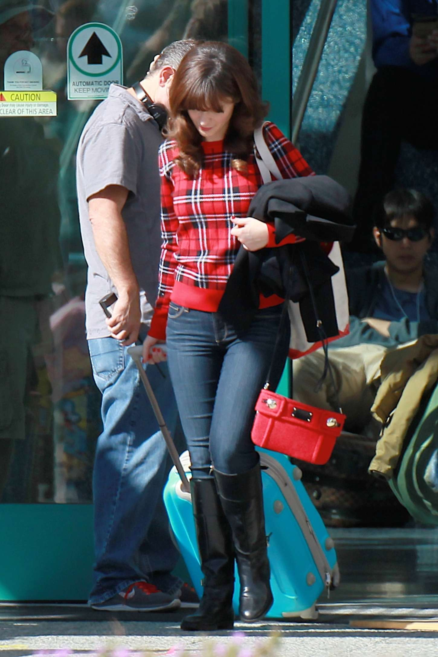 zooey deschanel in jeans on new girl set 14 gotceleb