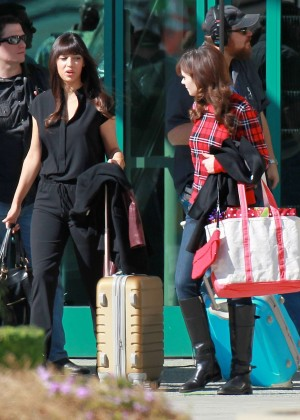zooey deschanel in jeans on new girl set 21 gotceleb