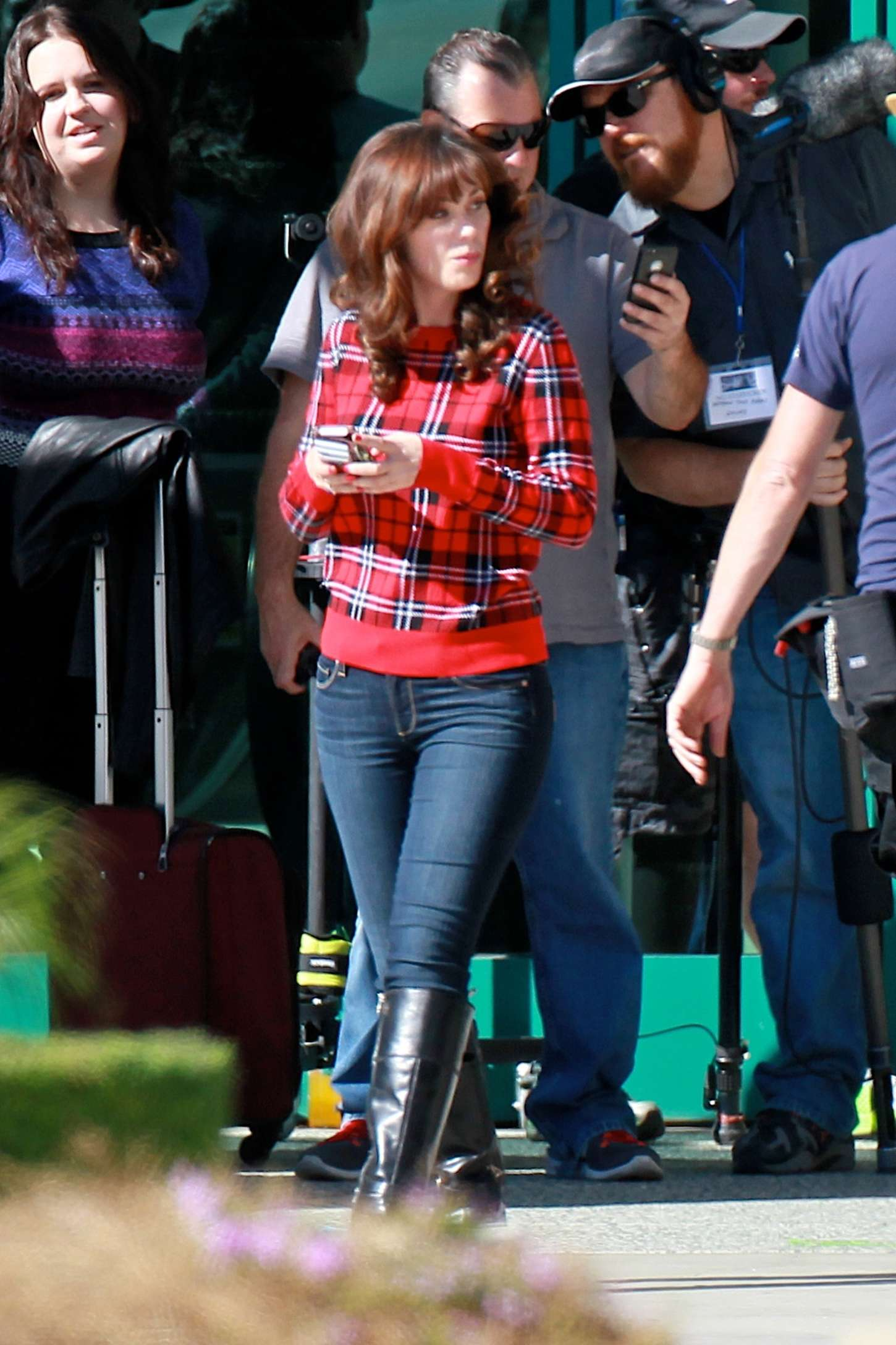 zooey deschanel in jeans on new girl set 40 gotceleb