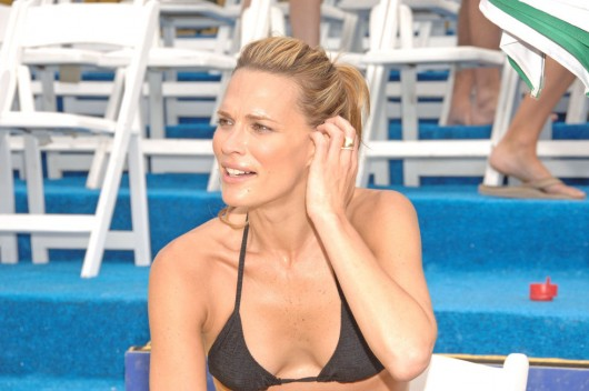 molly-sims-playing-beach-volleyball-in-bikini-top-and-leggings-look-resent- ...
