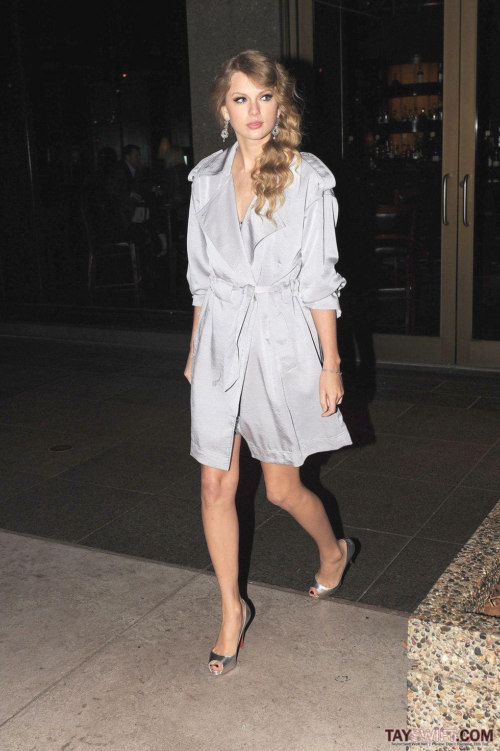 Taylor Swift 2010 : taylor-swift-leaving-del-friscos-restaurant-in-ny-04-05-2010-hq-x10-legtastic-10