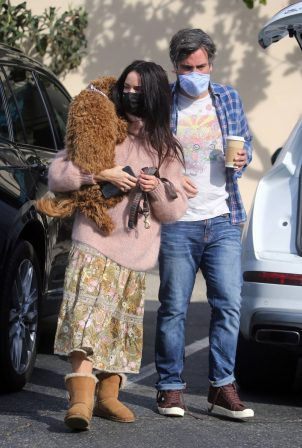 Abigail Spencer - In a park meeting friends in Montecito