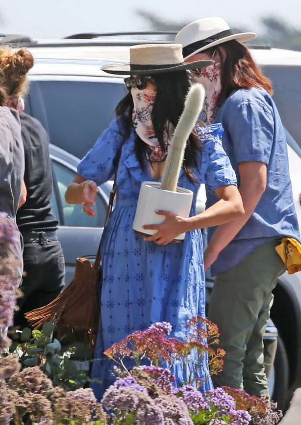 Abigail Spencer - Sets up her floral company at the farmer's market in Montecito