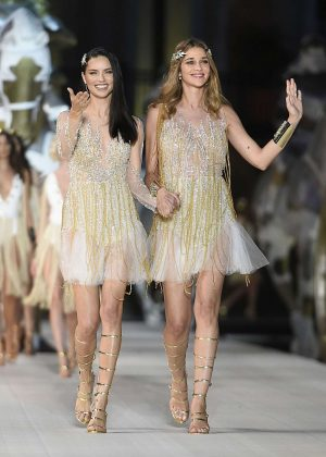 Adriana Lima Ana Beatriz Barros Isabeli Fontana and Izabel Goulart - Dossi Dossi Fashion Show in Antalya