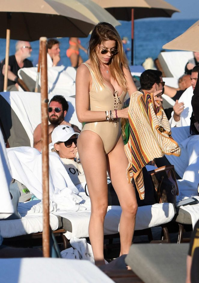 Aida Yespica in gold swimsuit on the beach in Miami
