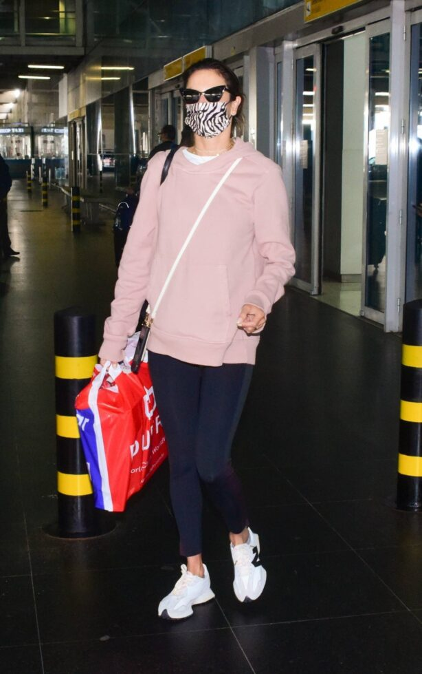 Alessandra Ambrósio - Touches down in São Paulo at Guarulhos' airport