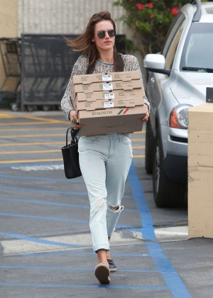 Alessandra Ambrosio - Getting pizza in Pacific Palisades