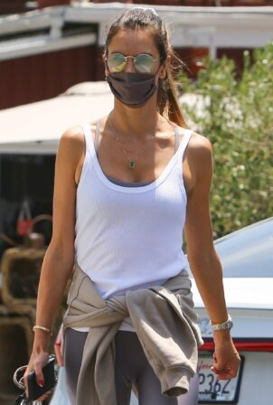Alessandra Ambrosio - In leggings picks up her lunch at the Brentwood Country Mart