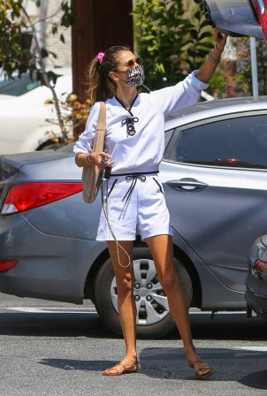 Alessandra Ambrosio - Shopping in the Pacific Palisades