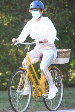 Alex Rodriguez and Jennifer Lopez - Bike ride in Hamptons - New York