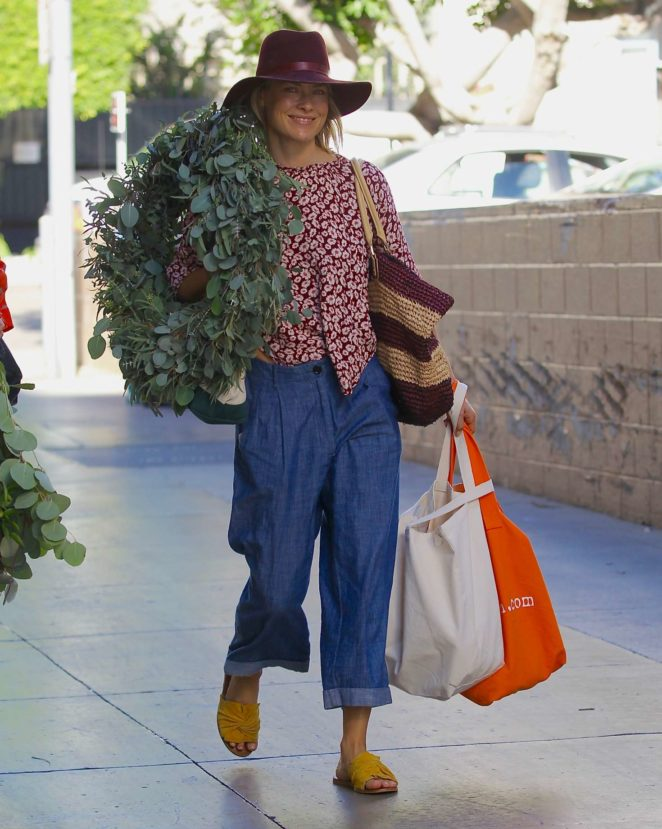 Ali Larter - Buying a large Christmas Wreath in Santa Monica