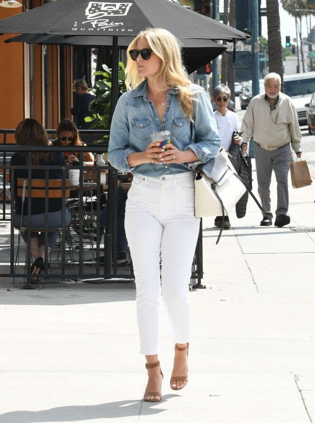 Ali Larter in White Pants-01