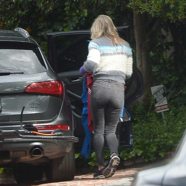 Ali Larter - Packing Car with Blankets in Los Angeles