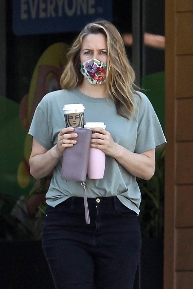 Alicia Silverstone - Leaves Starbucks in Beverly Hills