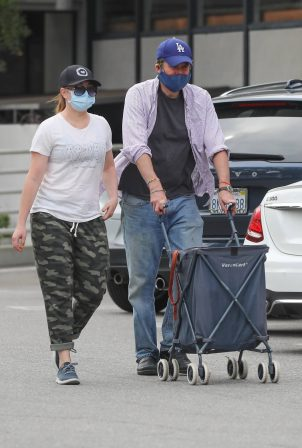 Alyson Hannigan - Grocery shopping in Los Angeles