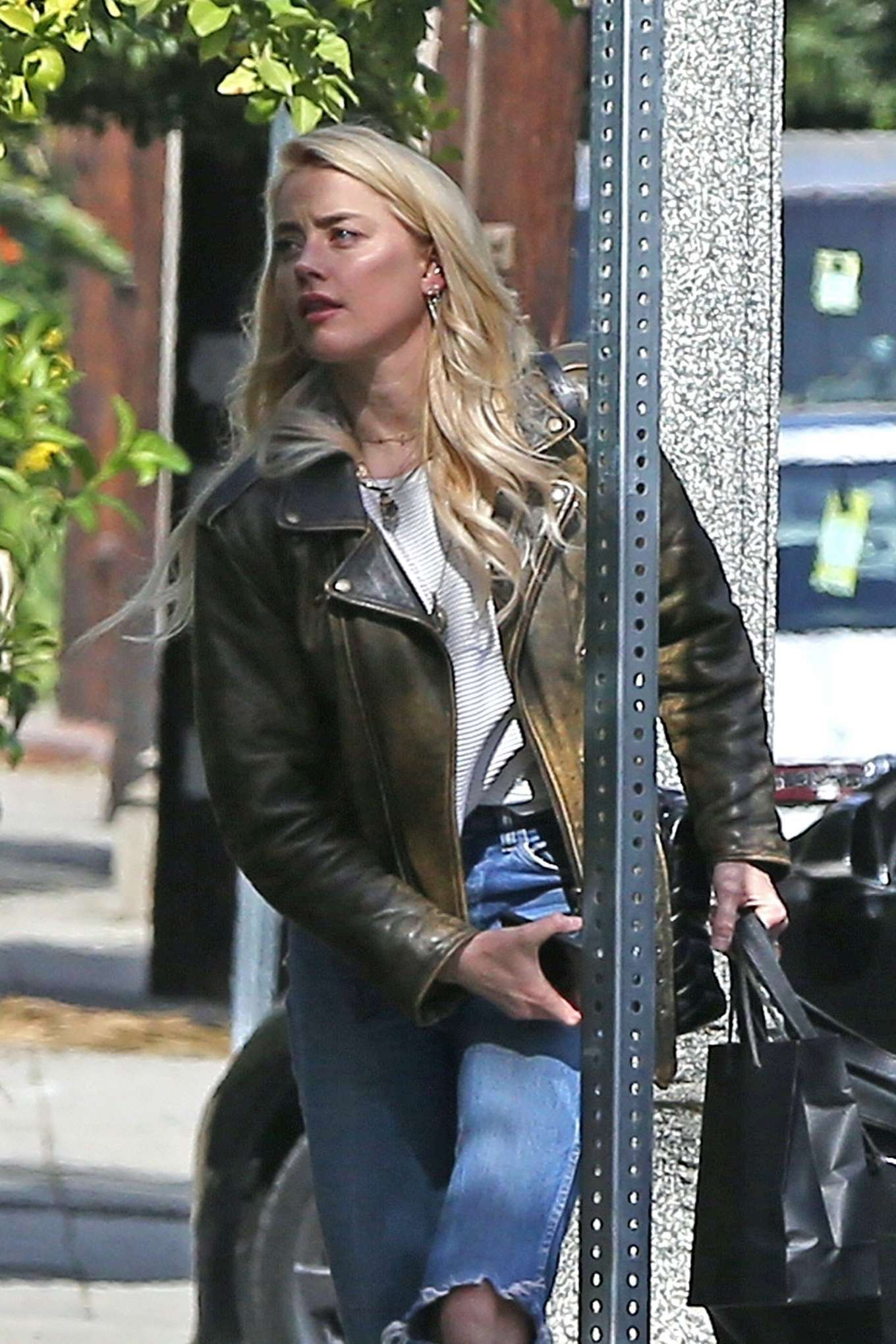 Amber Heard - Arrives at her home in Los Angeles
