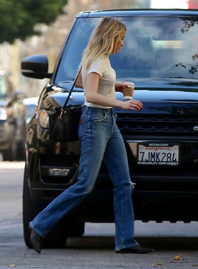 Amber Heard - Arriving at her apartment in Los Angeles