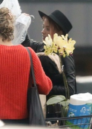 Amber Heard - Shopping at the market in Los Feliz