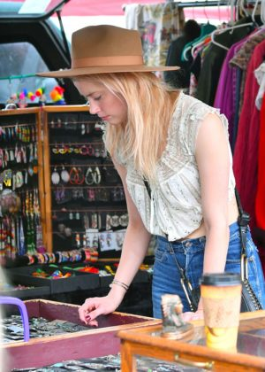 Amber Heard - Shopping at the Pasadena Flea Market in Pasadena