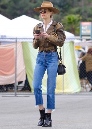 Amber Heard - Spotted at the Silverlake Farmers Market in Los Angeles
