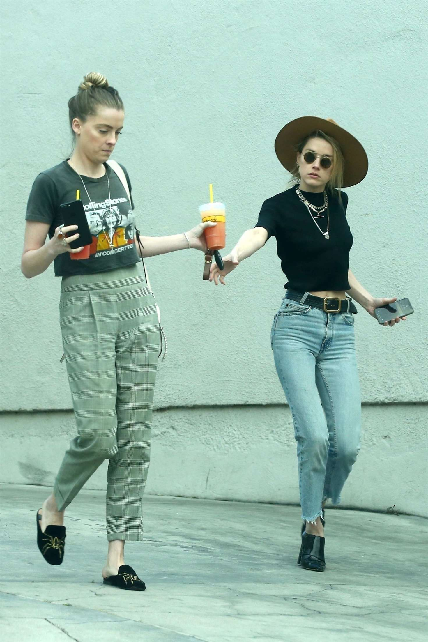 Amber Heard 2018 : Amber Heard with her sister Whitney Heard at a restaurant -01