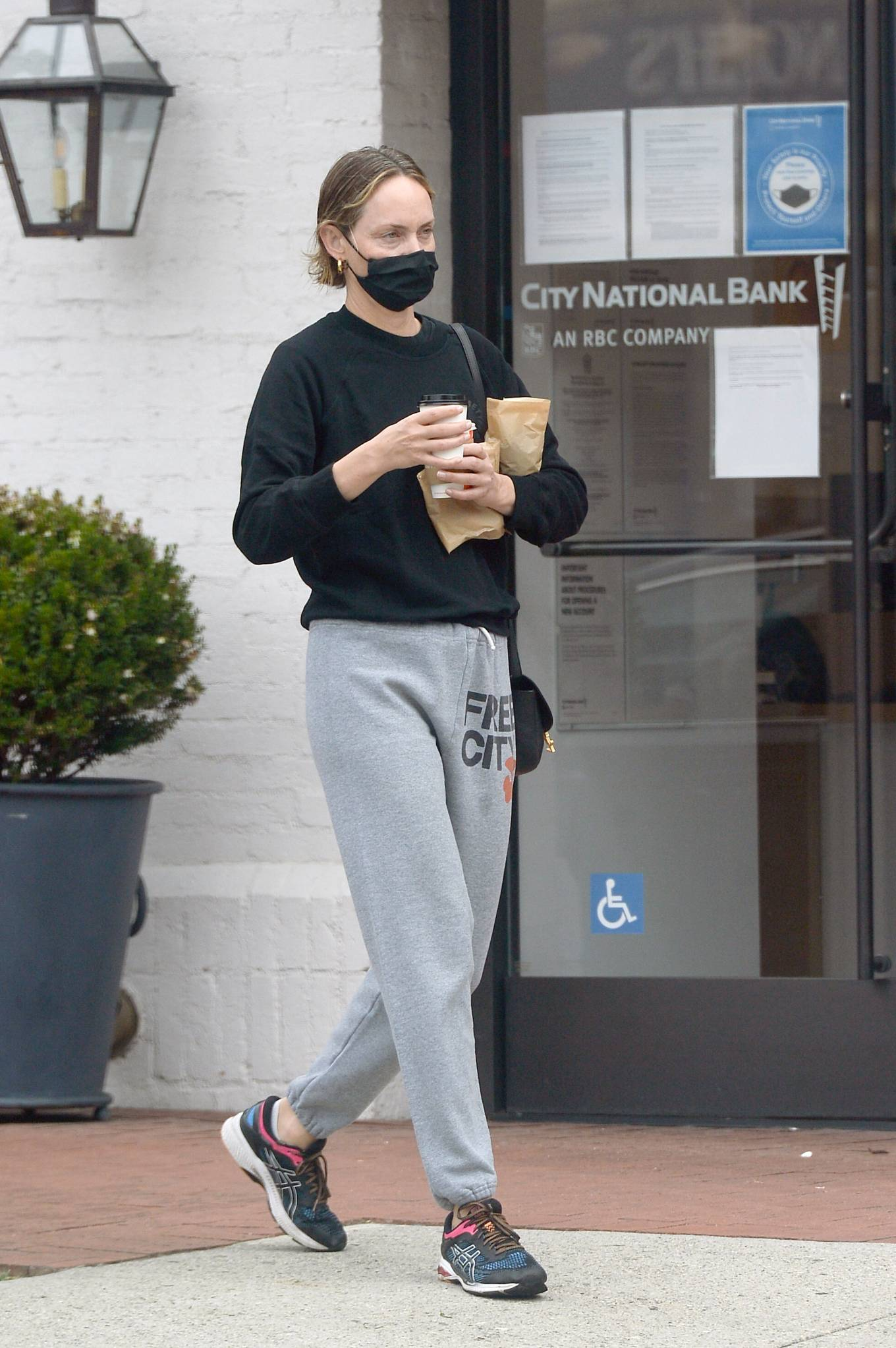 Amber Valletta - Picks Up Coffee in Los Angeles