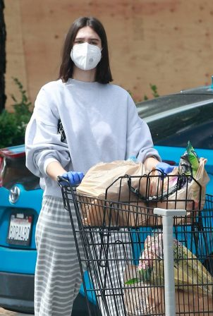 Amelia Hamlin - Getting some groceries in Studio City