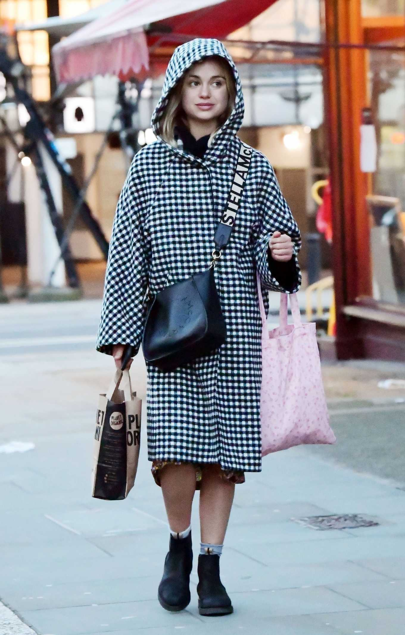 Amelia Windsor 2020 : Amelia Windsor – Looks stylis while out in the trendy area of Notting Hill-05
