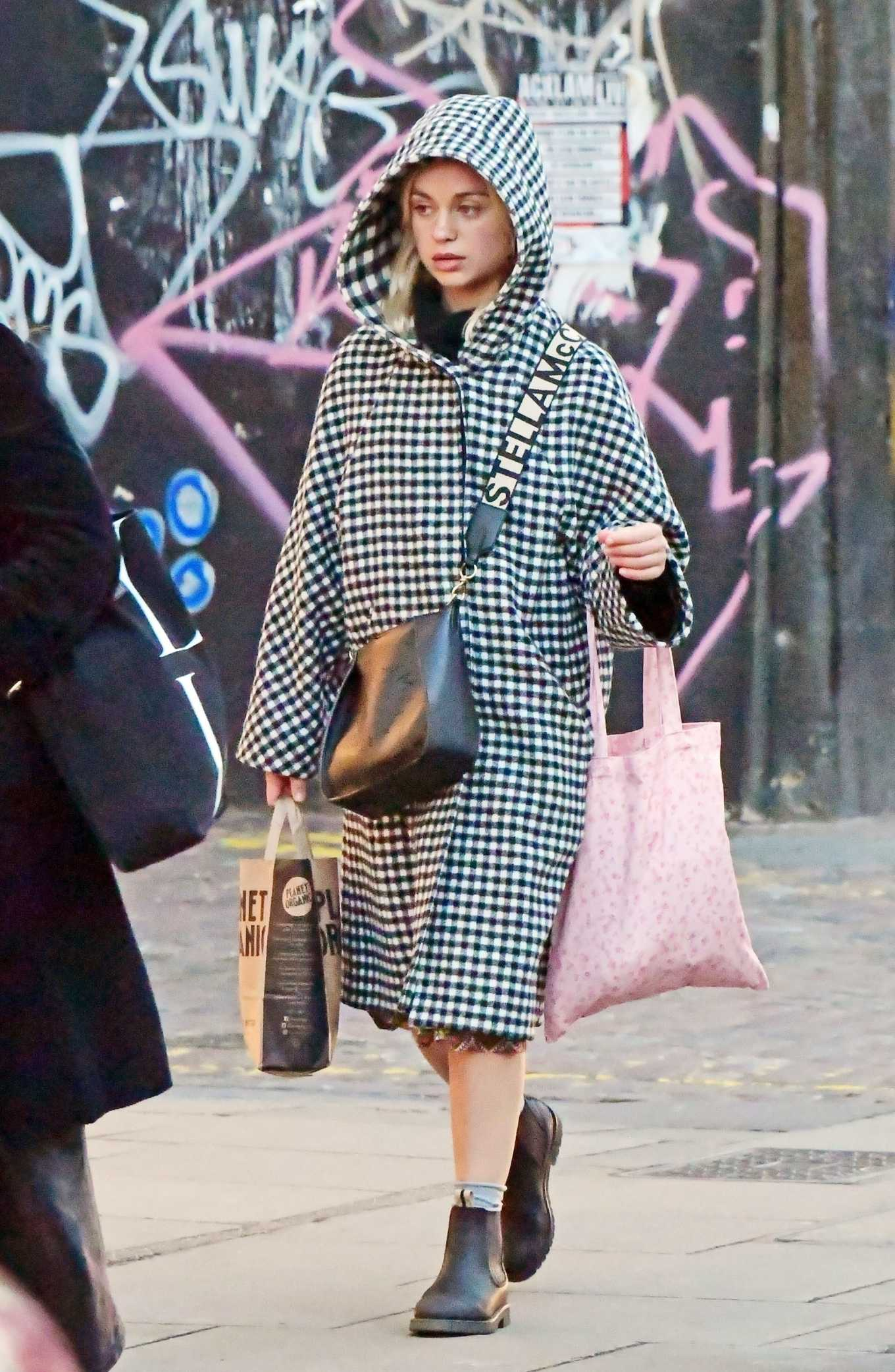 Amelia Windsor 2020 : Amelia Windsor – Looks stylis while out in the trendy area of Notting Hill-16