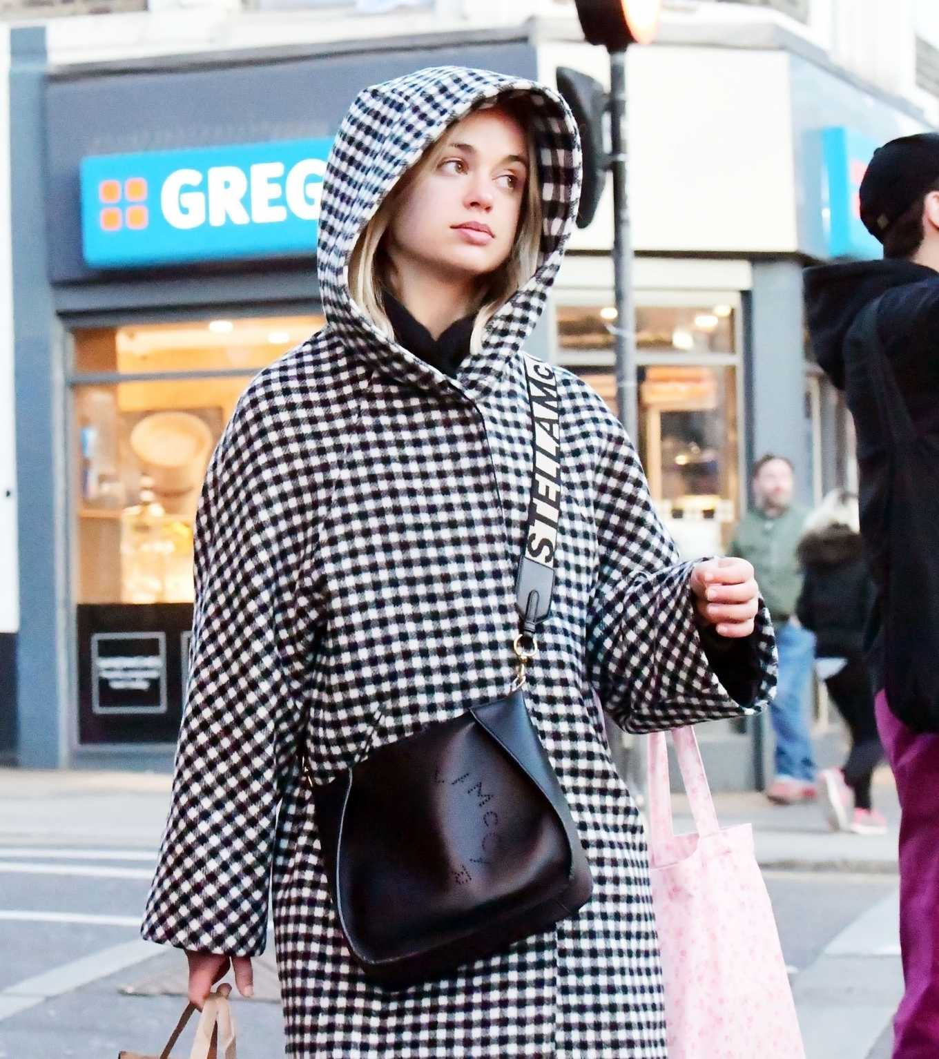 Amelia Windsor 2020 : Amelia Windsor – Looks stylis while out in the trendy area of Notting Hill-23