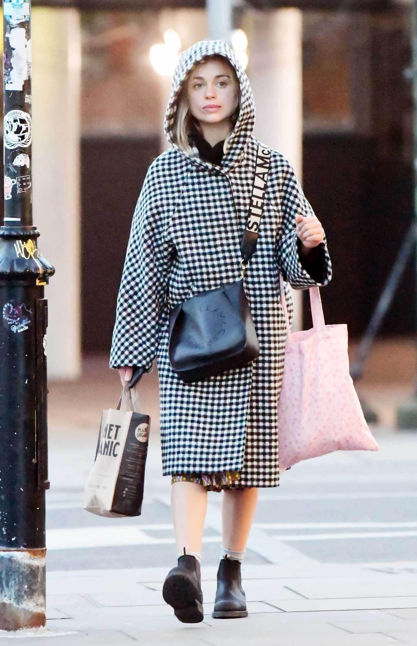 Amelia Windsor 2020 : Amelia Windsor – Looks stylis while out in the trendy area of Notting Hill-34