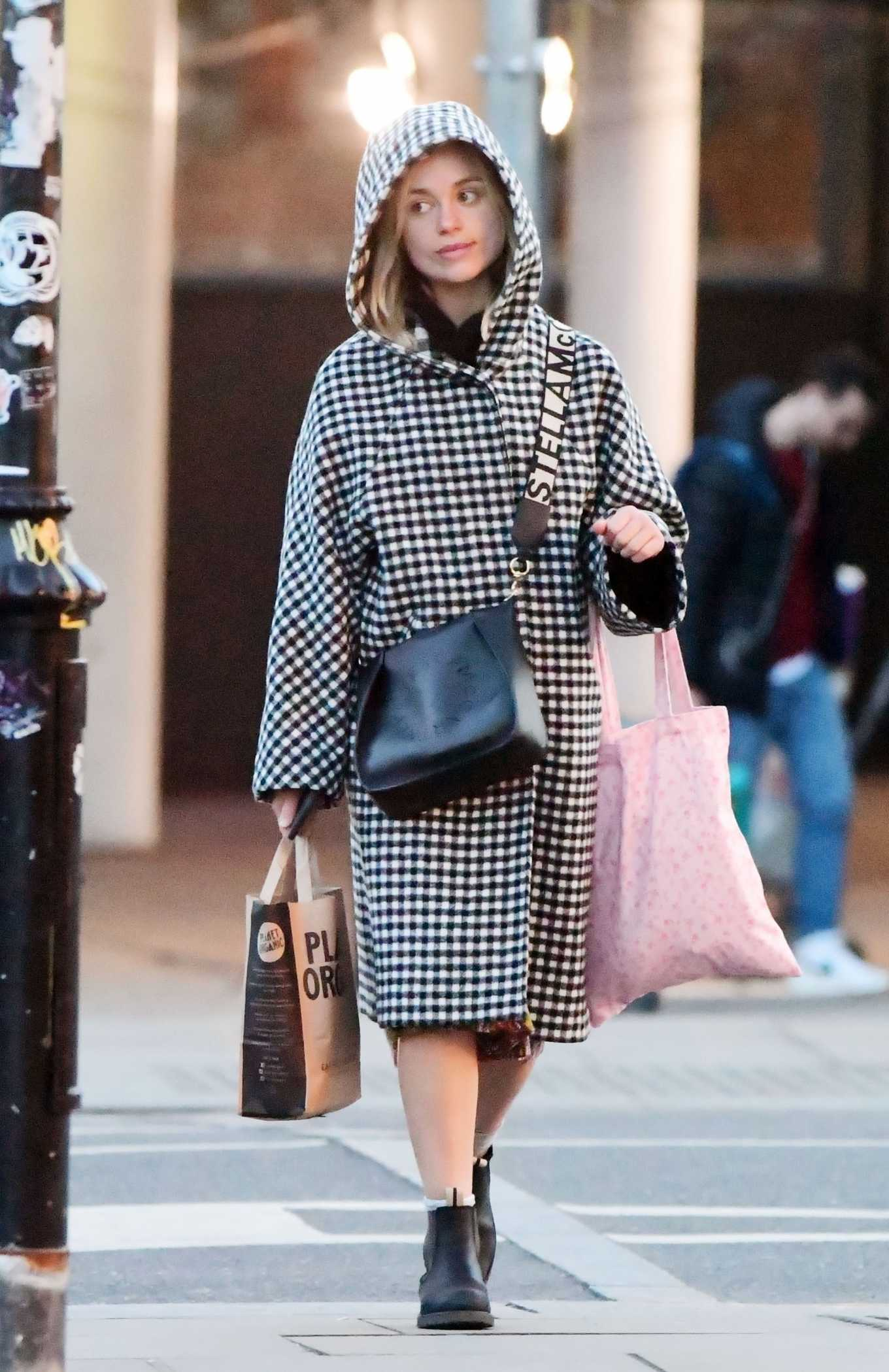 Amelia Windsor 2020 : Amelia Windsor – Looks stylis while out in the trendy area of Notting Hill-39