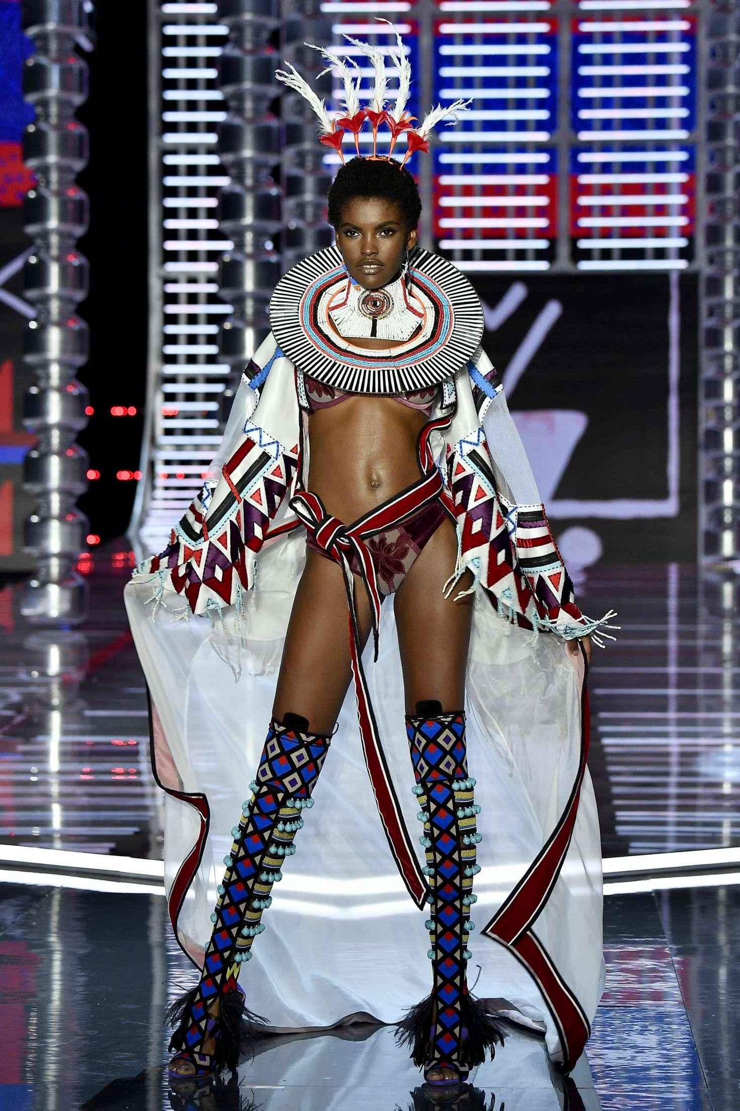 Amilna Estevao 2017 : Amilna Estevao: 2017 Victorias Secret Fashion Show Runway -02