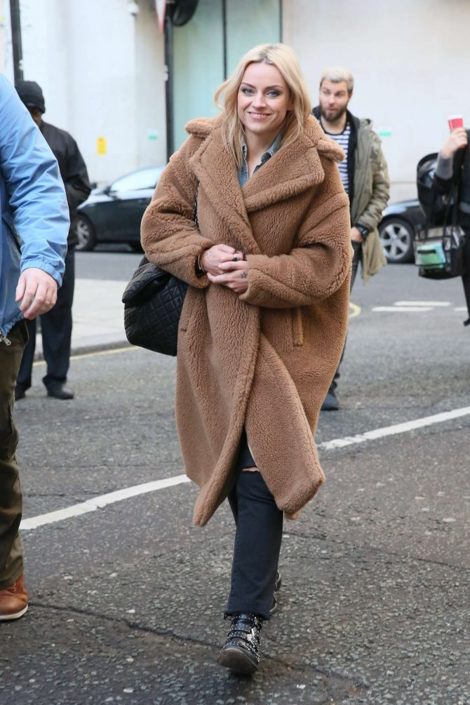 Amy McDonald 2018 : Amy McDonald: Arriving at Radio 2 in London -04