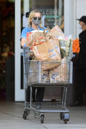 Amy Poehler - Shopping candids