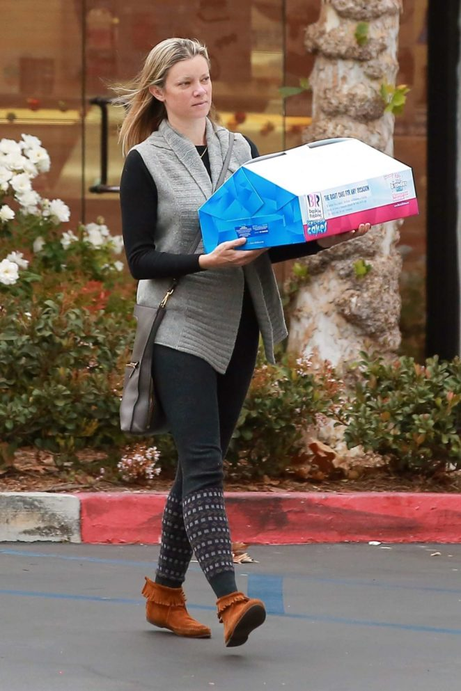 Amy Smart - Picks up an ice cream cake in Westlake Village