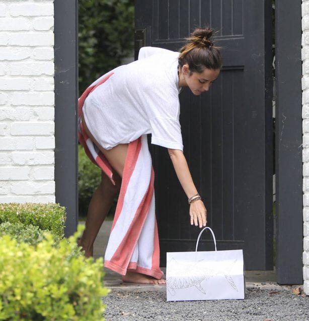 Ana De Armas gets sushi meal delivered at Ben Aflek's home in LA
