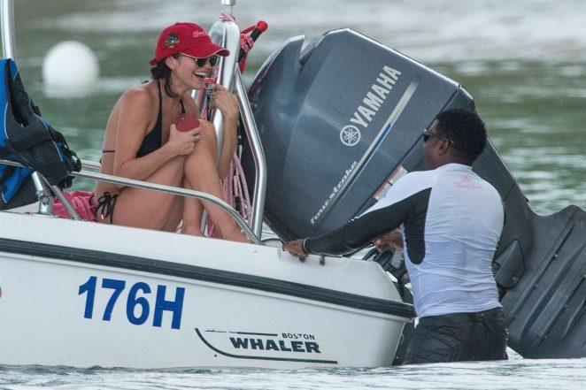 bikini-boat-wash-girl