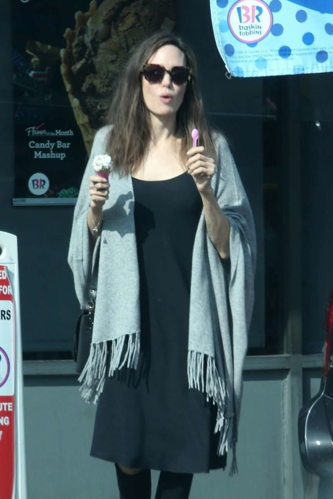 Angelina Jolie - Halloween shopping at Baskin-Robbins in Los Angeles