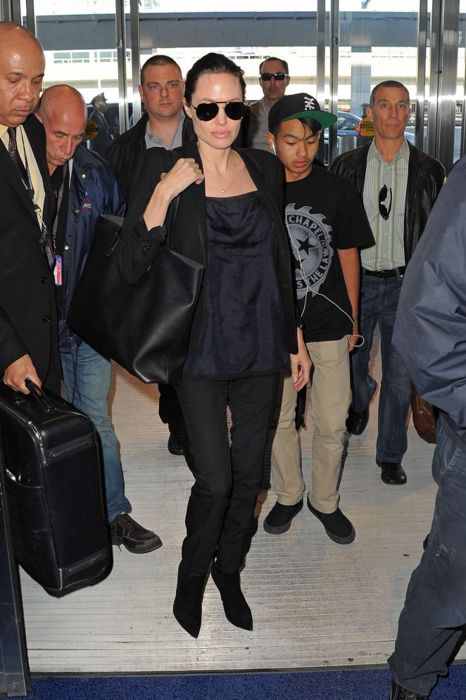 Angelina Jolie: JFK airport -01