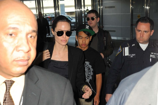 Angelina Jolie: JFK airport -05