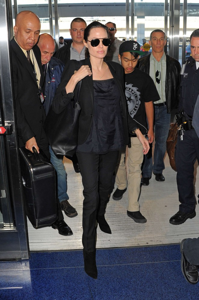 Angelina Jolie: JFK airport -08