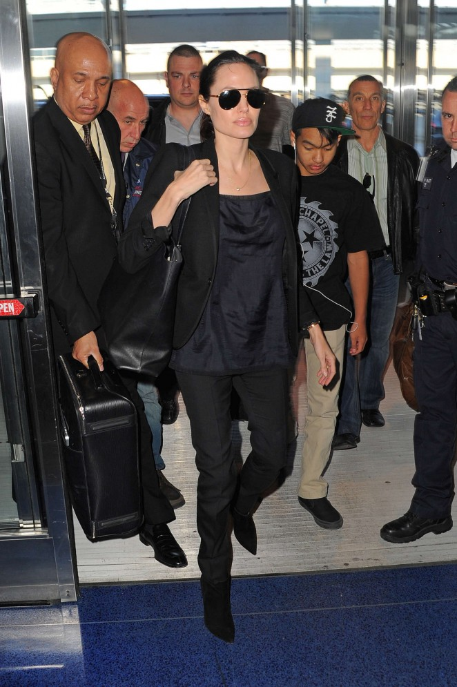 Angelina Jolie: JFK airport -10