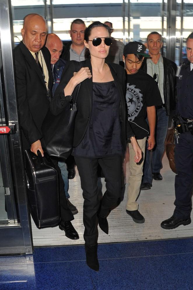 Angelina Jolie: JFK airport -10