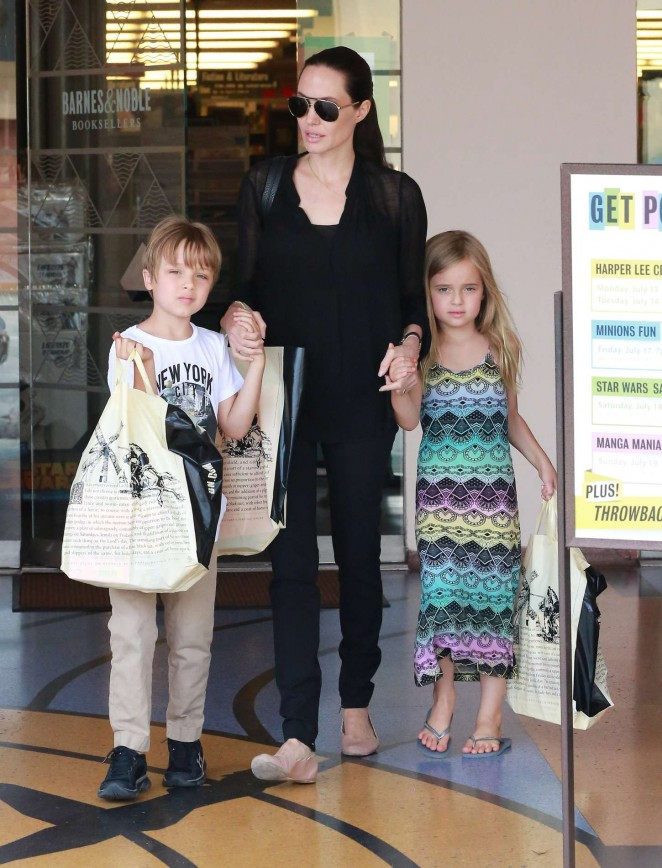 Angelina Jolie – Shopping at Barnes and Noble in Studio City