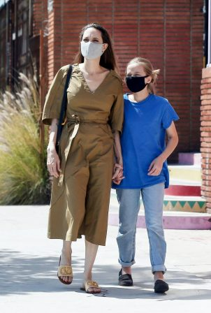 Angelina Jolie - Shopping candids with her daughter Vivienne in Los Angeles