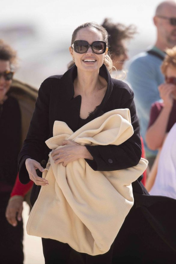 Angelina Jolie - Take a break from filming on the beach in Fuerteventura