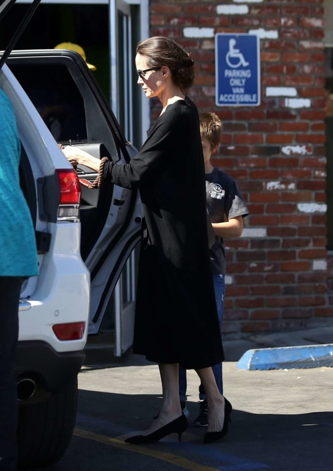 Angelina Jolie – Takes her dogs to the pet store -01