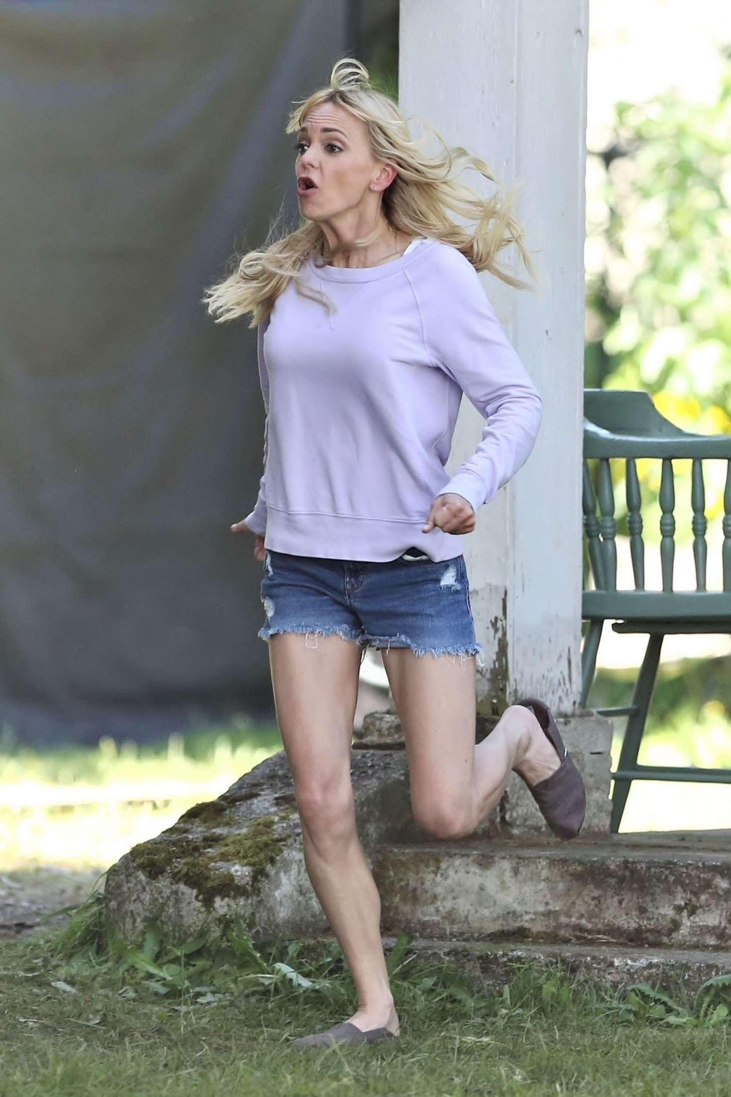 Anna Faris in Jeans Sh...